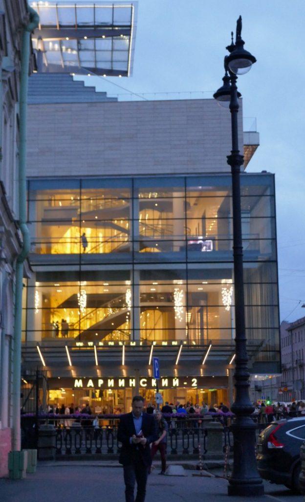 白夜夜10時の薄暗がりに黄金に輝く開放的なマリインスキ―劇場新館
