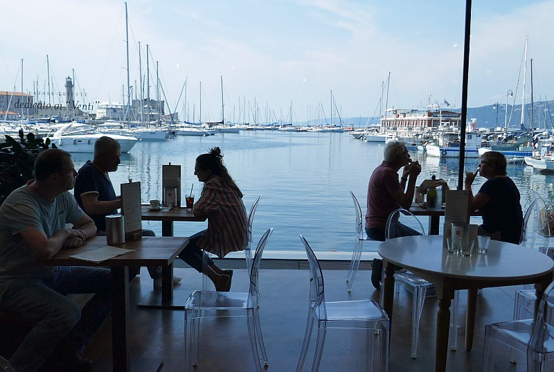 屋内なのに開放的でスペーシャス、しかも快適な食事スペース