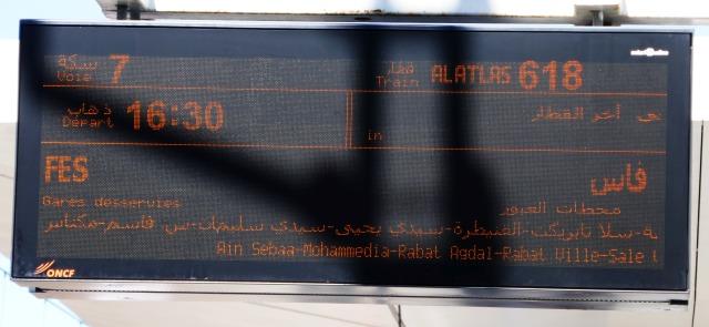 モロッコ鉄道でカサブランカからフェズへ行く電光掲示板
