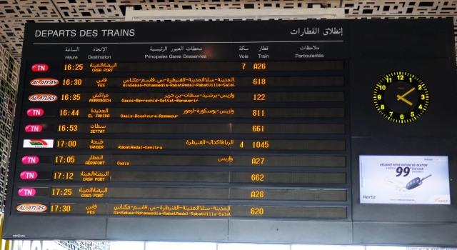 モロッコ鉄道でカサブランカ駅電光掲示板